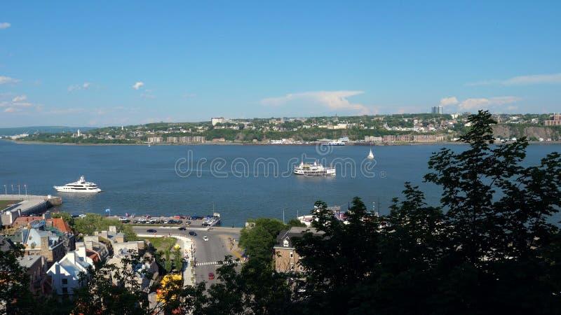 Vue panoramique de la ville de Québec sur la rivière au ciel bleu images libres de droits