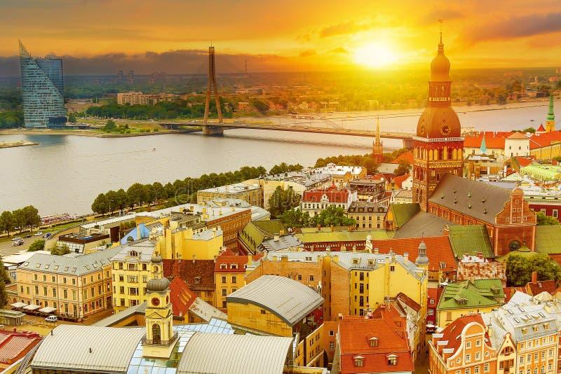 Vue panoramique de la ville de Riga, Lettonie de l'église de tour de St Peter pendant le coucher du soleil en été photographie stock