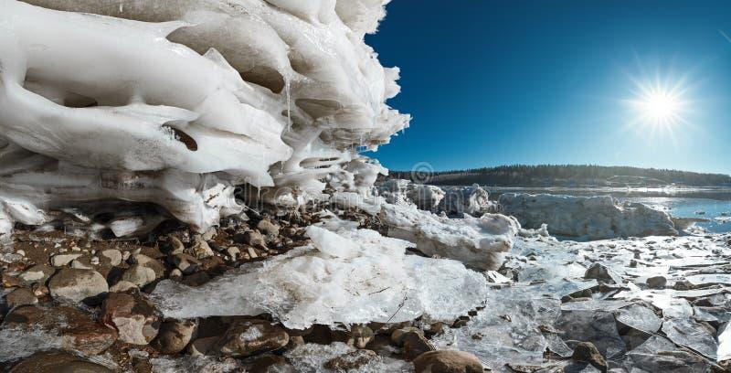 Vue panoramique de lac au jour d'hiver images libres de droits