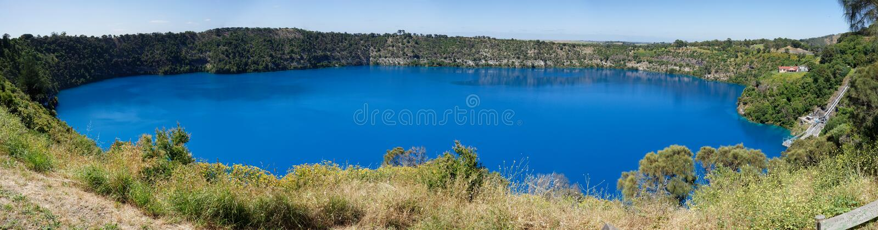 Vue panoramique de lac bleu, bâti Gambier, Australie du sud images libres de droits