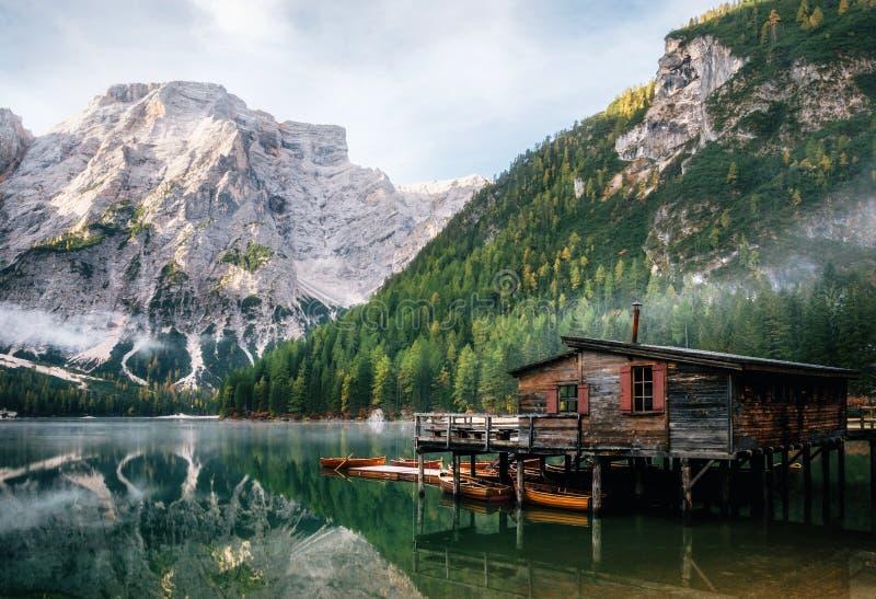Vue panoramique de lac Braies en dolomites, Italie photo libre de droits