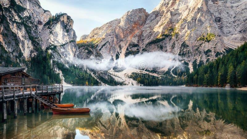Vue panoramique de lac Braies en dolomites, Italie photos libres de droits