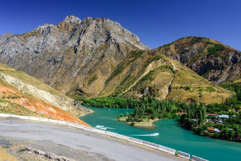 Vue panoramique de lac Charvak, un lac-réservoir artificiel énorme créé en érigeant un haut barrage en pierre sur la rivière de C photos libres de droits