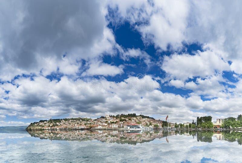 Vue panoramique de lac Ohrid avec la réflexion gentille de l'eau photo stock