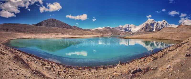 Vue panoramique de lac Sikkim, montagne immobile bleue Gurudongmar de cieux de l'eau images stock