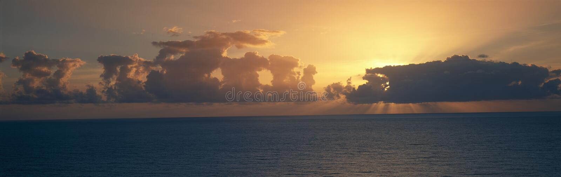 Vue panoramique de lever de soleil sur l'océan pacifique, Hawaï photo libre de droits