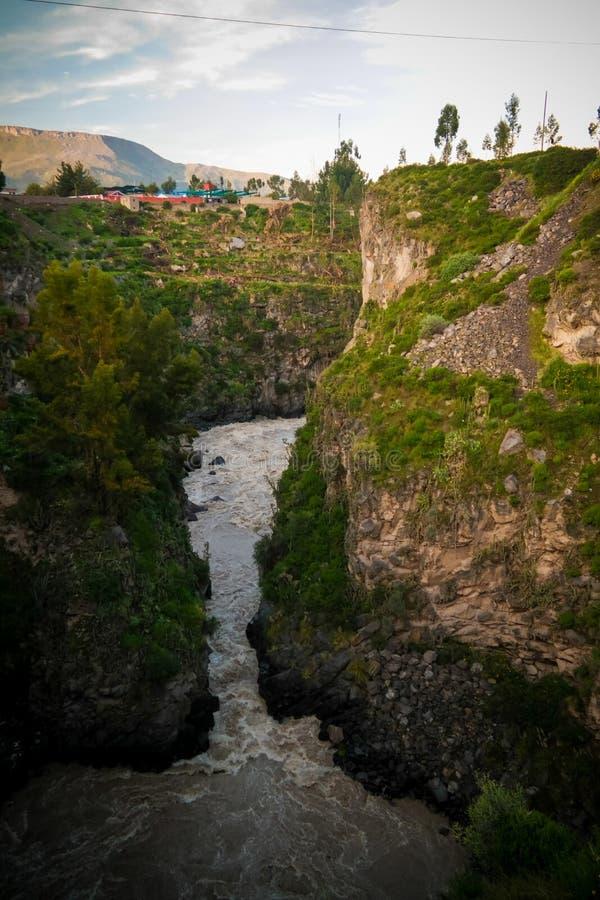 Vue panoramique de lever de soleil aérien vers la rivière de Colca dans Chivay, Pérou photographie stock libre de droits