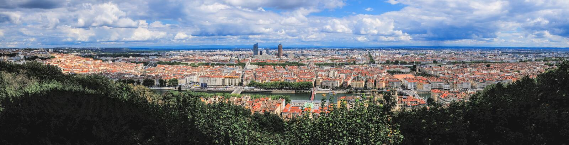 Vue panoramique de Lyon et du Rhône de la colline de Fourviere Beau paysage urbain dans le jour d'été ensoleillé photo stock