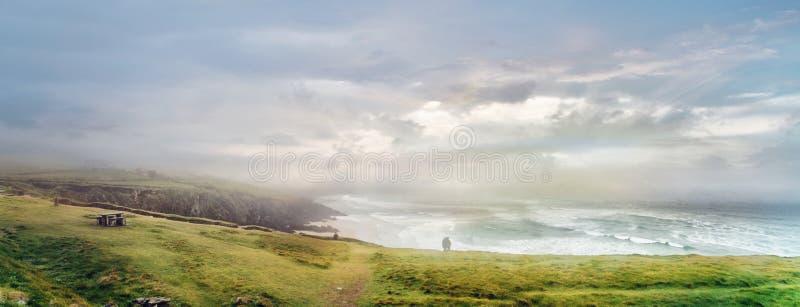 Vue panoramique de matin humide et flou au rivage d'océan au comté Kerry image stock