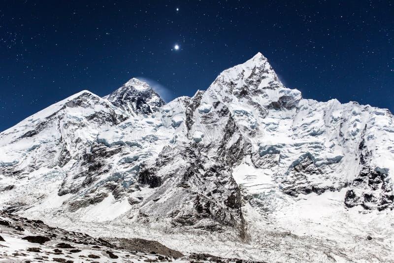Vue panoramique de montagne d'Everest une nuit étoilée image stock