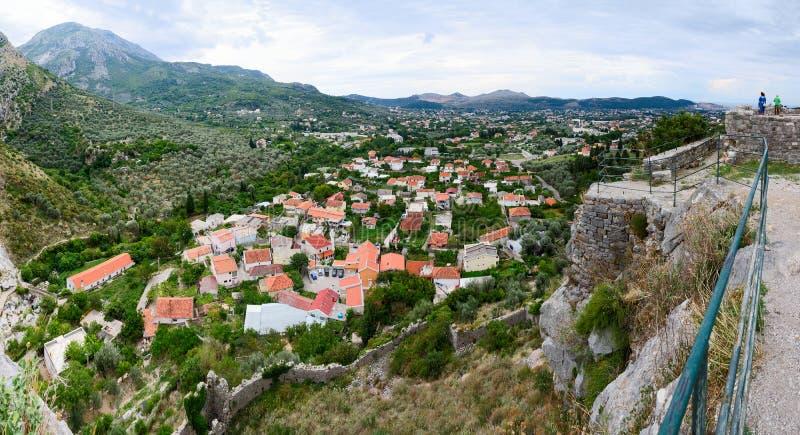 Vue panoramique de mur de forteresse de barre de ville dans les collines, photographie stock