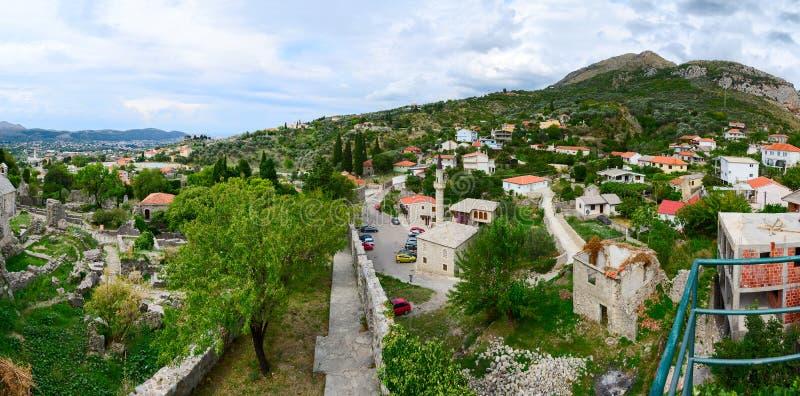 Vue panoramique de mur de forteresse de barre de ville en collines, Mont photo stock