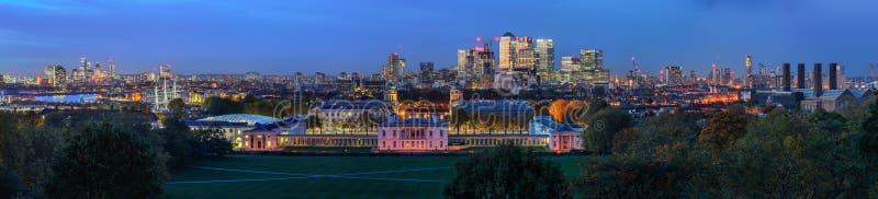 Vue panoramique de nuit à Greenwich et à Canary Wharf à Londres images stock