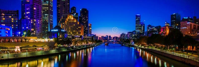 Vue panoramique de nuit au-dessus des gratte-ciel de rivière et de ville de Yarra à Melbourne, Australie photographie stock