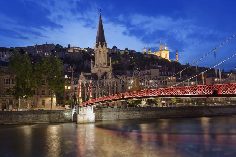 Vue panoramique de nuit de Lyon avec la Saône photo stock