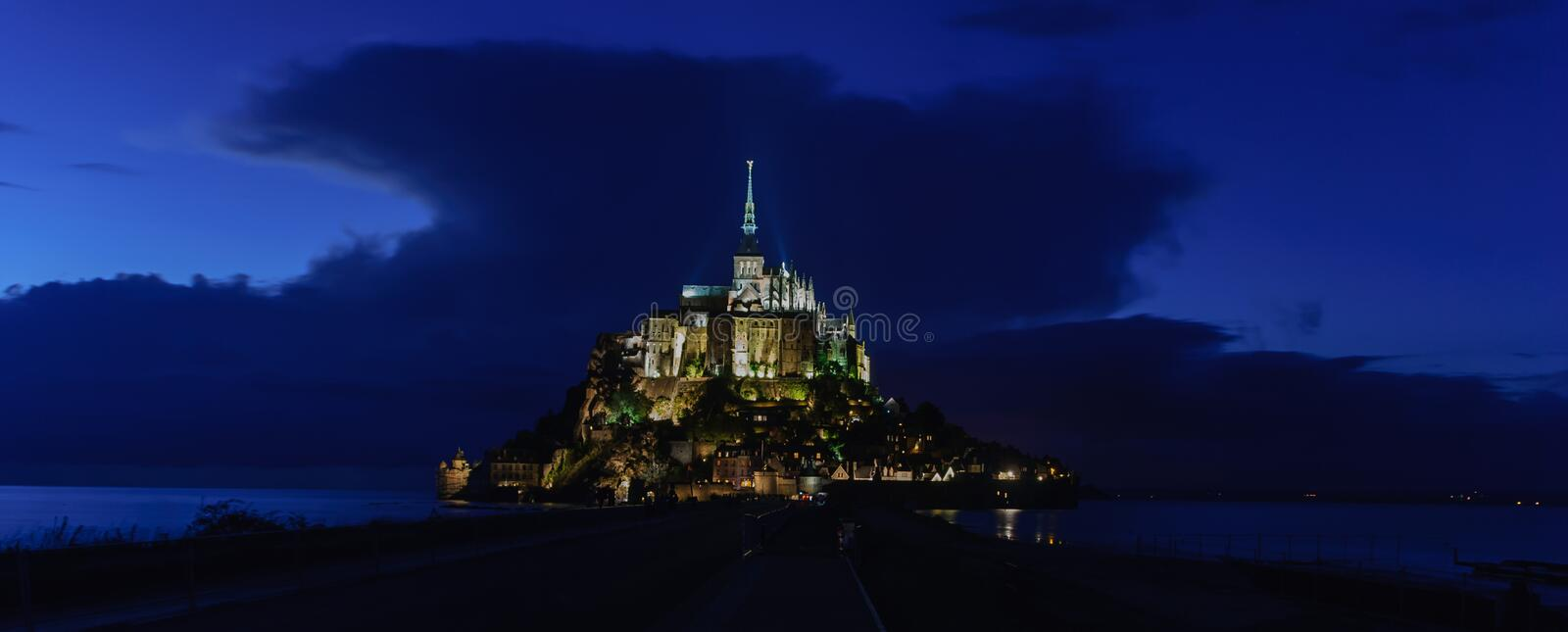Vue panoramique de nuit de Mont Saint Michel france images libres de droits