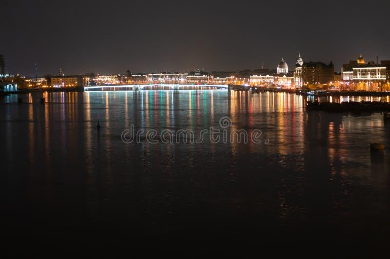 Vue panoramique de nuit de Neva River et de pont lumineux de Tuchkov, St Petersbourg, Russie photos libres de droits