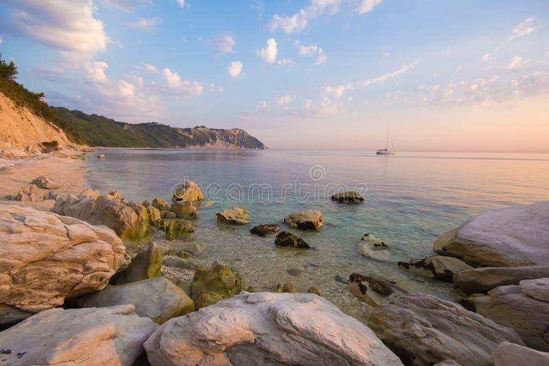 Vue panoramique de plage de Portonovo au coucher du soleil images libres de droits
