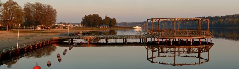 Vue panoramique de plage et de pont de lac Viljandi photographie stock libre de droits