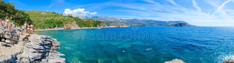 Vue panoramique de plage de Mogren de côte de Budva, vieille ville de Budva, Sveti Nikola Island, Monténégro image libre de droits