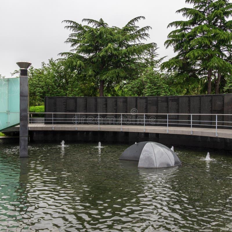 Vue panoramique de plat avec des noms des soldats et de la fontaine tombés à l'intérieur du cimetière commémoratif des Nations Un photographie stock libre de droits