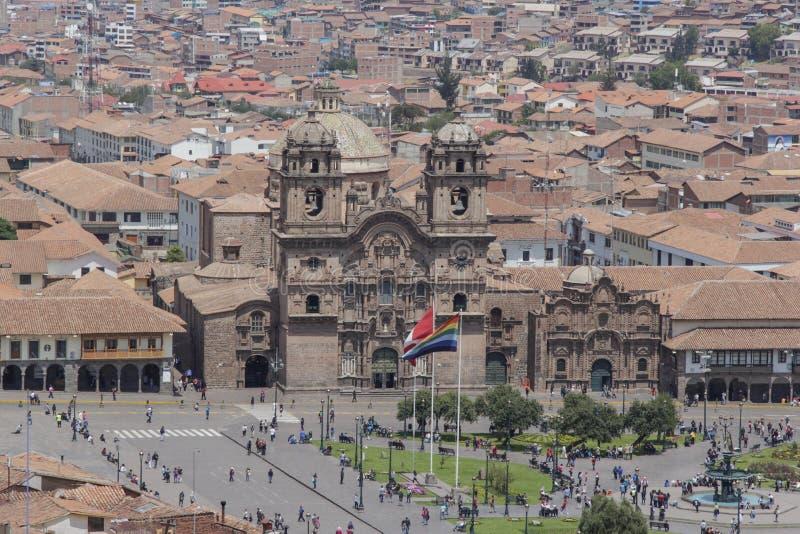Vue panoramique de plaza de armas et une façade d'église catholique photo libre de droits