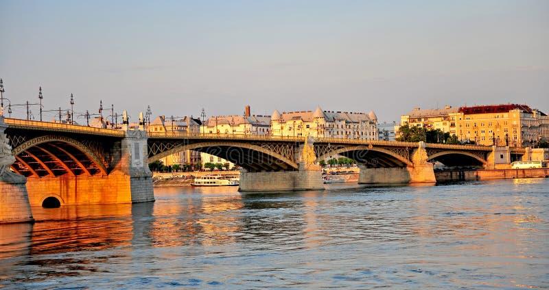 Vue panoramique de pont de Budapest sur le coucher du soleil photos stock