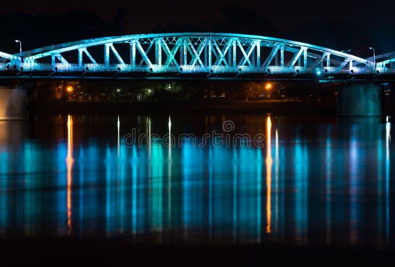 Vue de nuit de pont de Truong Tien en Hue. photos libres de droits