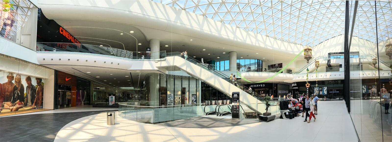 Vue panoramique de précipitation de foule de personnes dans l'intérieur de luxe de mail d'achats photographie stock libre de droits
