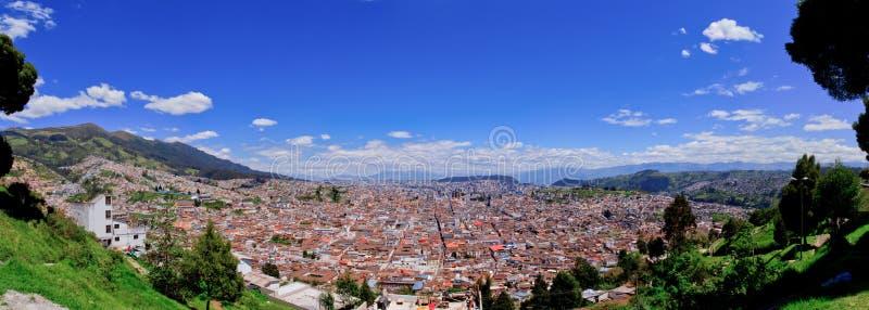 Vue panoramique de Quito dans des skyes de bleu de l'Equateur images stock