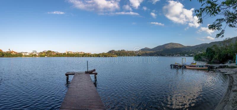 Vue panoramique de région du DA Lagoa de chant de Lagoa DA Conceicao - Florianopolis, Santa Catarina, Brésil photos stock