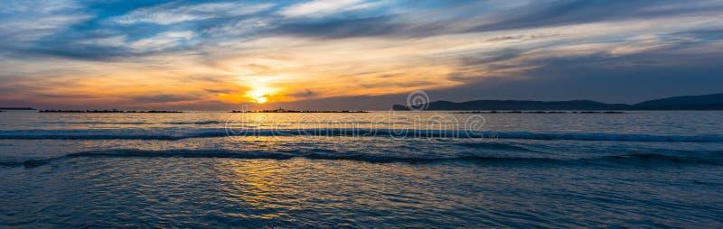 Vue panoramique de rivage d'Alghero au coucher du soleil images stock