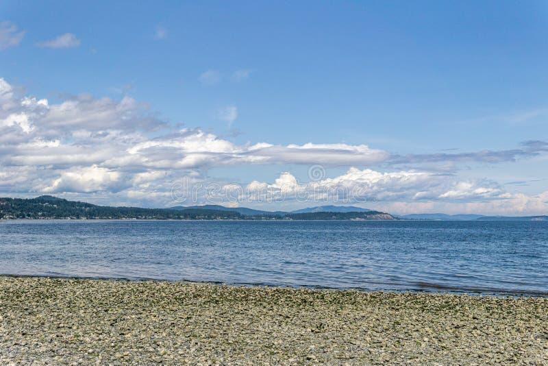 Vue panoramique de rivage Pacifique avec l'île de Vancouver nuageuse d'horizon Canada photos stock