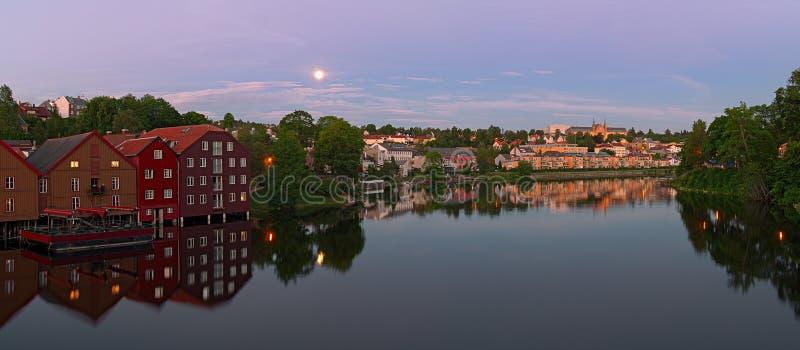Vue panoramique de rivière de Nidelva de vieux pont de ville trondheim n photographie stock libre de droits