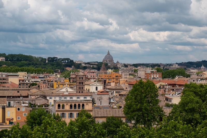 Vue panoramique de Rome depuis le jardin Orange, Giardino degli Aranci, à Rome. photos stock