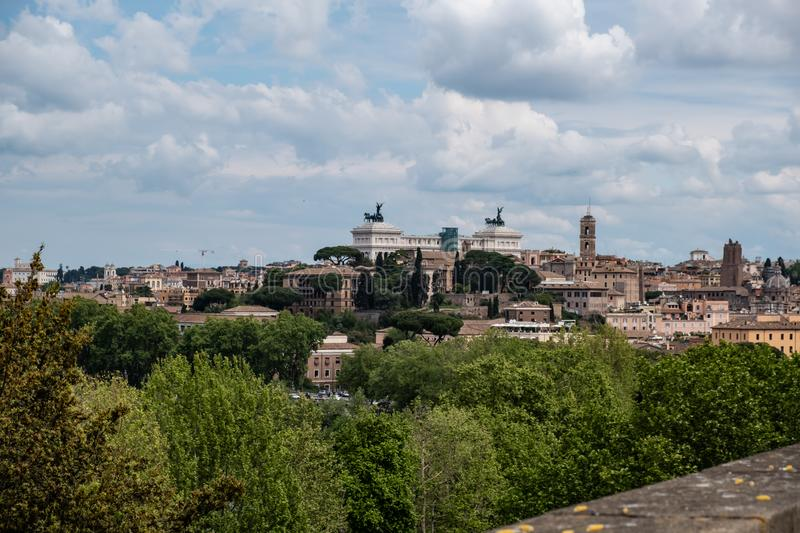 Vue panoramique de Rome depuis le jardin Orange, Giardino degli Aranci, à Rome. photo stock