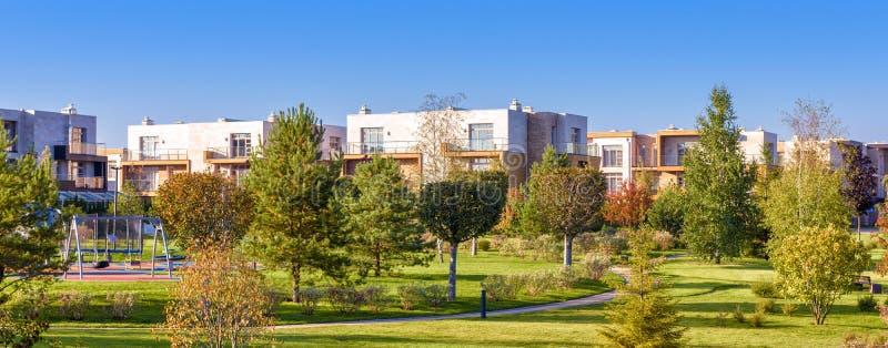 Vue panoramique de secteur aménagé en parc près des maisons résidentielles photographie stock libre de droits