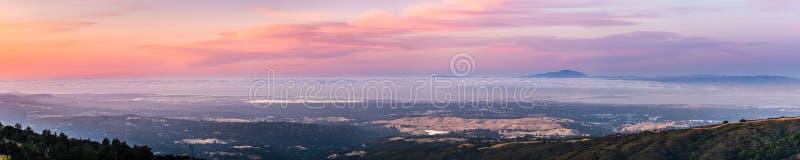 Vue panoramique de Silicon Valley et la région de San Francisco Bay au coucher du soleil ; Stanford University, Menlo Park, Mount illustration de vecteur