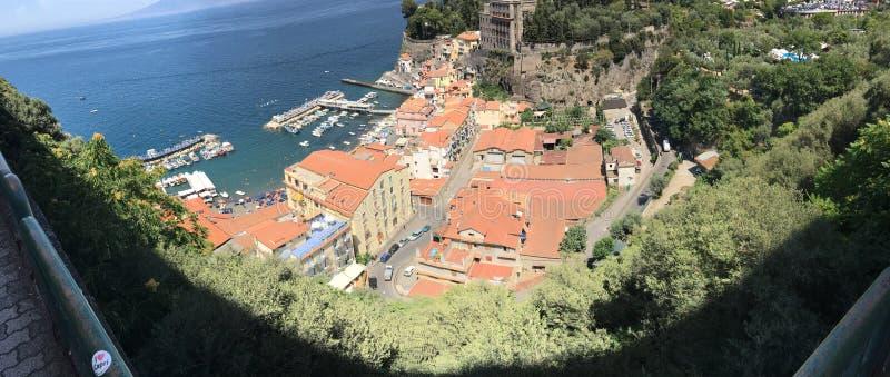 Vue panoramique de Sorrente le long de la côte d'Amalfi de l'Italie sur le méditerranéen images libres de droits