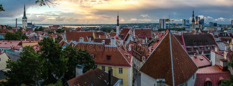 Vue panoramique de vieille ville Tallinn avec des tours et des murs, Estoni photographie stock