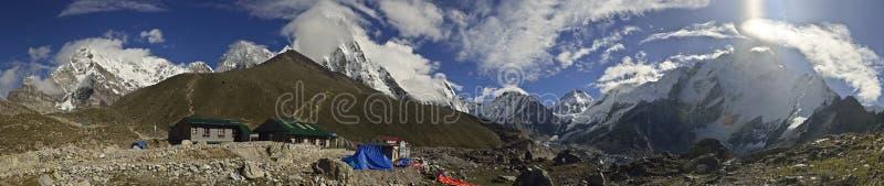 Vue panoramique de village de Gorak Shep et d'autres crêtes de 8000m photos libres de droits