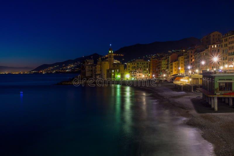Vue panoramique de ville de Camogli par nuit, Genoa Genova Province, Ligurie, côte méditerranéenne, Italie images libres de droits