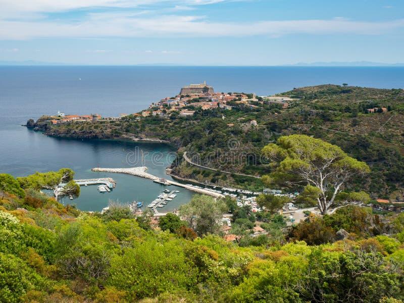 Download Vue Panoramique De Ville Et De Port De Capraia Avec L'Île D'Elbe, Italie Image stock - Image du île, fort: 56483287