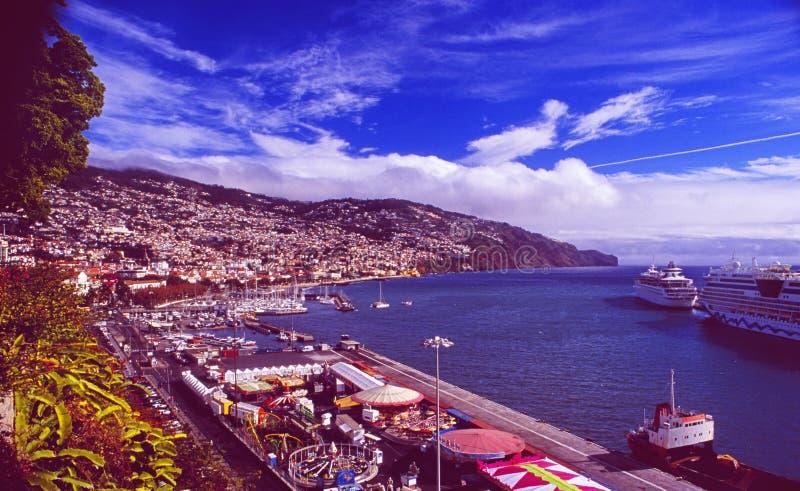 Vue panoramique de ville de Funchal sur l'île de la Madère avec des bateaux de croisière images libres de droits