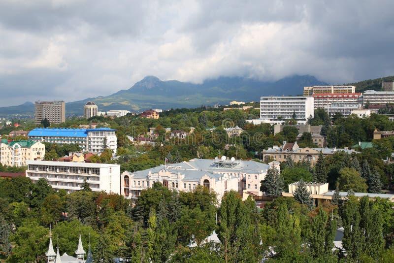 Vue panoramique de ville de Pyatigorsk de montagne de Mashuk dans un jour d'été Région de Stavropol, Russie photographie stock libre de droits