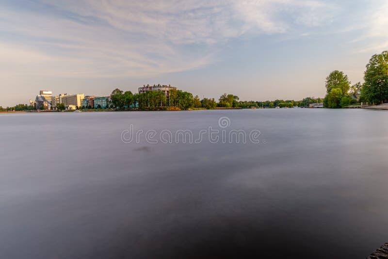 Vue panoramique de ville de Riga à travers la rivière de la dvina occidentale photographie stock libre de droits