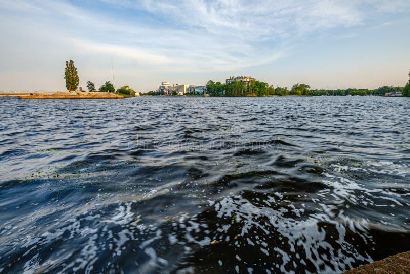 Vue panoramique de ville de Riga à travers la rivière de la dvina occidentale photographie stock