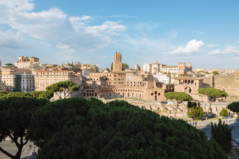 Vue panoramique de ville Rome avec le march? et le forum romain de Trajan image stock
