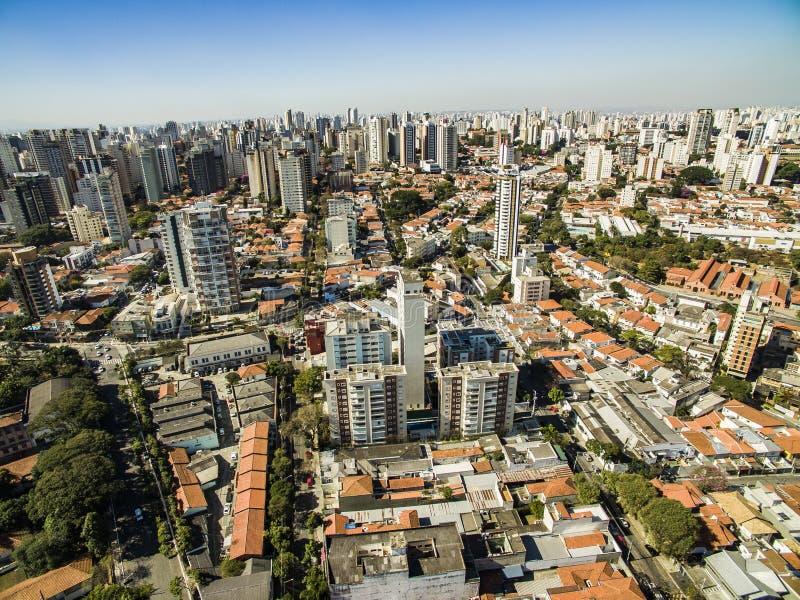 Vue panoramique des bâtiments et des maisons du voisinage de Vila Mariana en São Paulo, Brésil images libres de droits