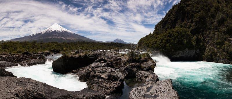 Vue panoramique des cascades de Saltos del Petrohue et du volcan d'Osorno en Vicente Perez Rosales National Park, Chili image libre de droits